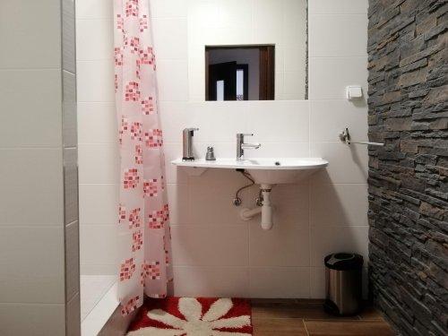 pokoj číslo 1. (3 lůžka a v patře 3 lůžka) koupelna