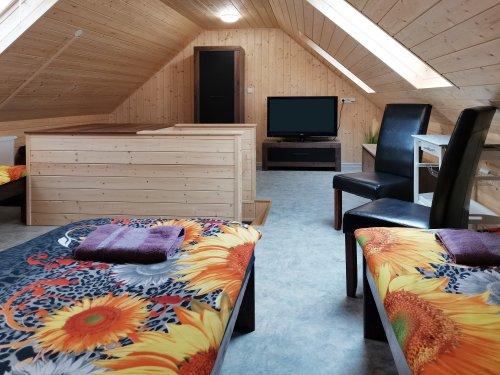 pokoj číslo 3. (2 lůžka a v patře 4 lůžka) v patře