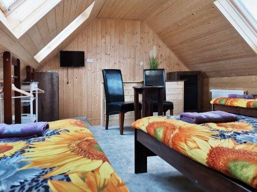 pokoj číslo 1. (3 lůžka a v patře 3 lůžka) v patře